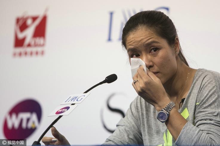 李娜在退役发布会上拭泪