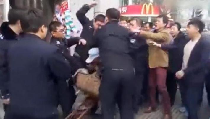 河北城管打退伍老兵事件视频截图