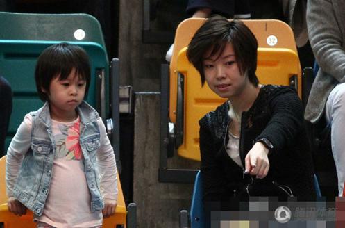 张怡宁和俏俏一起观看比赛