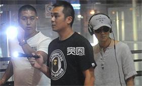 谢霆锋保镖用手电光提醒机场偷拍的粉丝