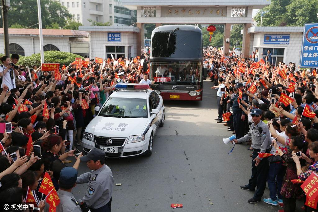 毛坦厂中学送考车队驶出校园。