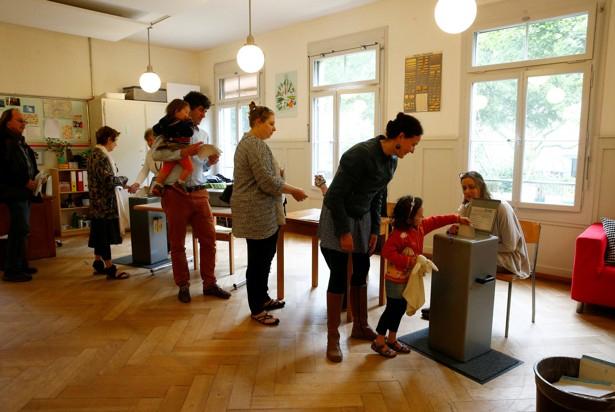 """瑞士推动者通过全民公投这一形式,让""""全民发钱""""想法得到更多关注"""