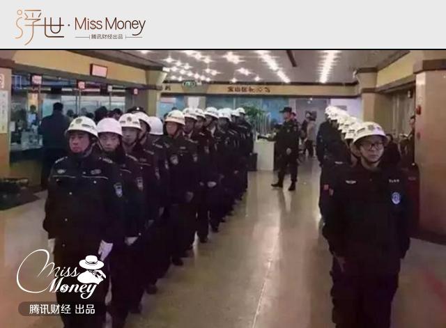 (图:今年年初上海上演抢房潮,由于抢房人太多,开发商不得不动用安保人员限制人流。)