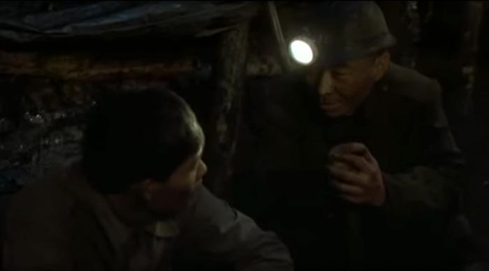 电影《盲井》中,犯罪者(右)骗受害者(左)认他为亲戚,在矿井里将其杀害后骗取赔偿