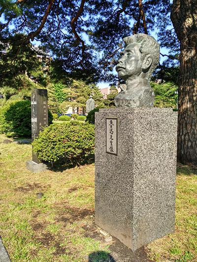 校迹碑旁边的鲁迅像(作者供图)