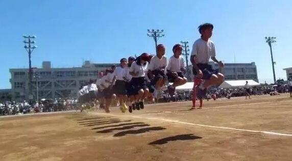 日本校园里的沙土跑道