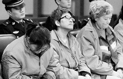 王某和她的同伙在法院接受审判