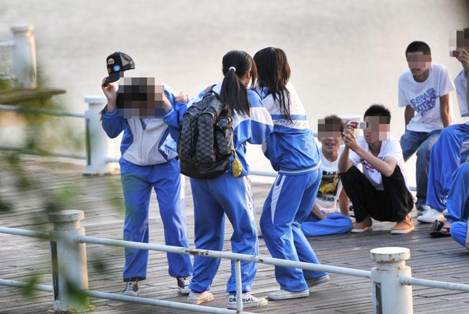 发生在三亚的女学生殴打事件,旁边男同学在录像