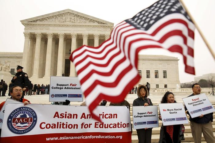 美国最高法院判定德州一所大学特别挑选一些少数族裔学生入学的做法是符合宪法后,一些华人进行了抗议