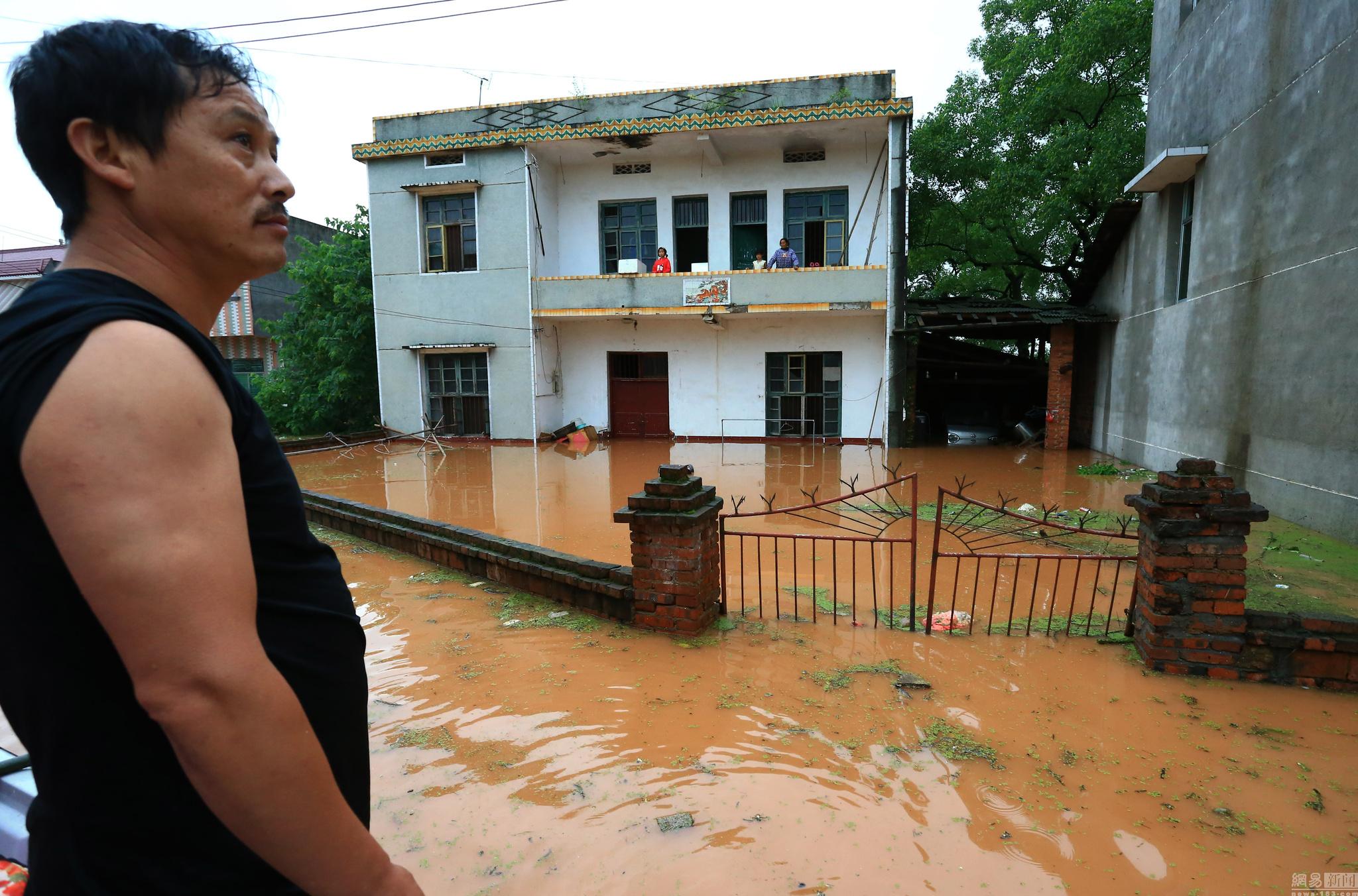 湖南衡阳白果镇被洪水围困的群众
