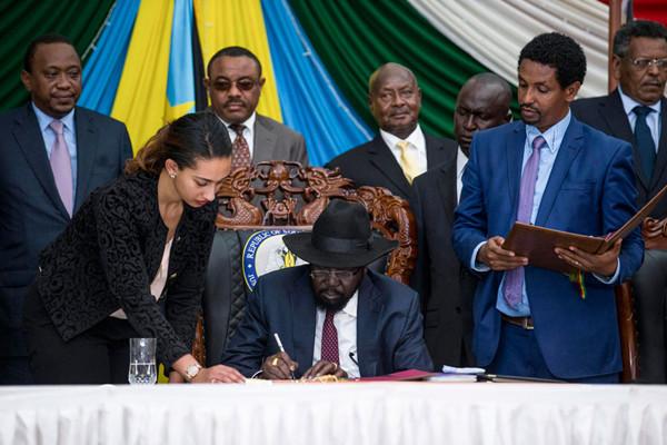南苏丹总统基尔2015年8月27日在和平协议上签字