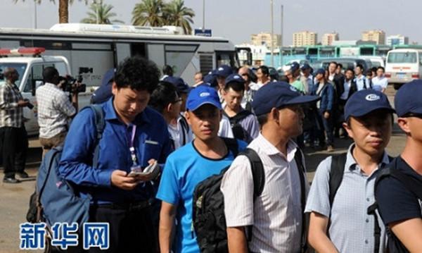 """7月13日,在苏丹喀土穆国际机场,首批从南苏丹撤到喀土穆的中国人在""""绿色通道""""排队入关"""