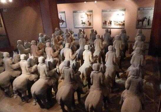 徐州汉墓出土的汉骑士俑,从其手势可见持矛戟等长兵器