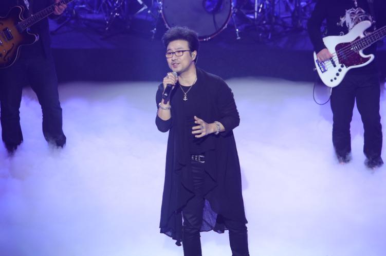 汪峰演唱周杰伦的《安静》作为开场曲