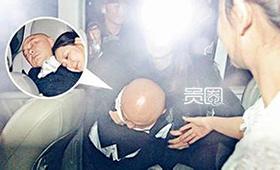 张卫健在好友婚礼上大醉被人抬出来