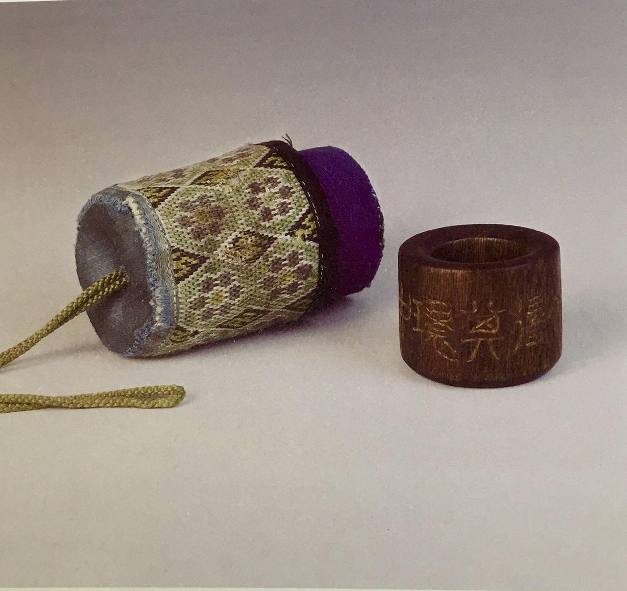 """贾天明收藏的沉香扳指,刻司空徒《诗品》中""""得其环中""""四字。"""