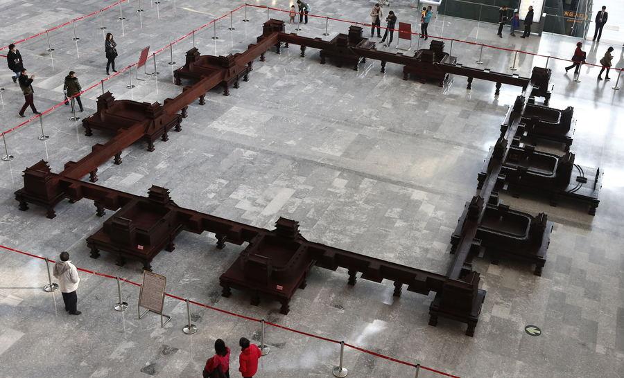 曾在北京首都博物馆展出的大型紫檀组雕作品《九城宫阙》,再现了正阳门等北京内城九大城门的原貌。东方IC供图