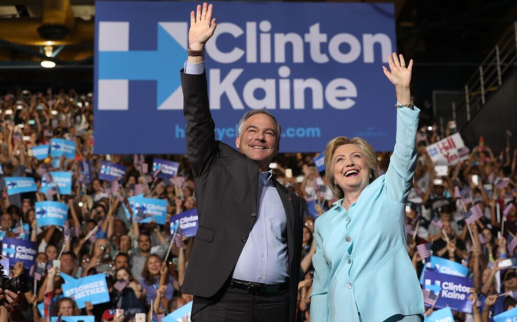 希拉里与副总统竞选搭档卡因首次同台亮相。CFP供图
