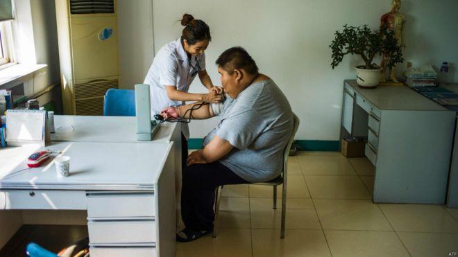 农村儿童的肥胖症日益严重,图为天津一位肥胖儿童在检查身体