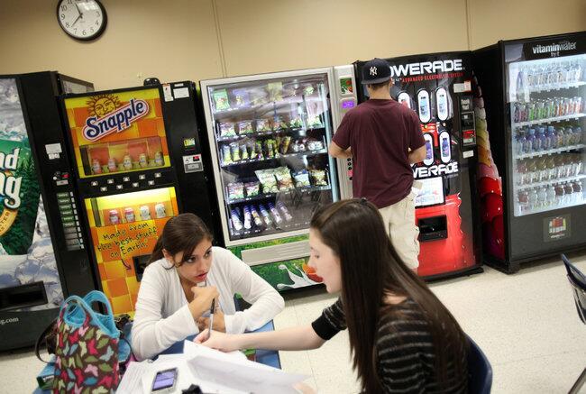 在学校自动售货机和零食吧里销售的食物受到禁售令的管制