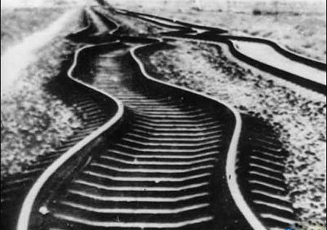 唐山大地震中,被扭曲了的铁道
