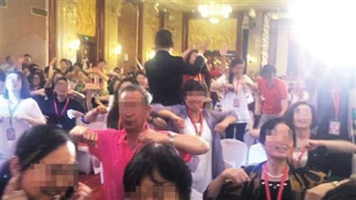 """6月初,创造丰盛北京盛典现场,主持人鼓励大家""""挥动翅膀,参与共振"""""""