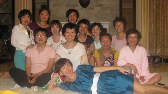 创造丰盛早期授课现场,中间白衣短发女子为张馨月