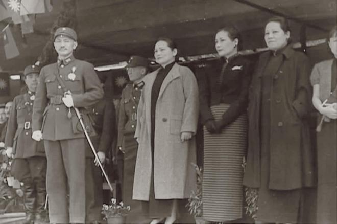 蒋介石主持成都中央军校毕业及开学典礼,宋氏三姐妹与之同台合影图片