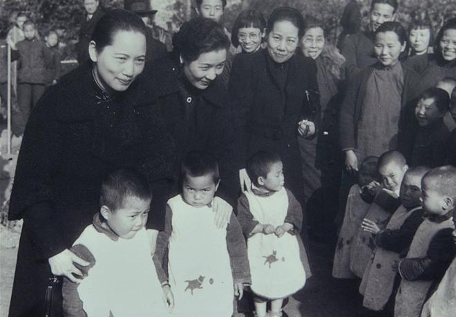1940年4月3日,宋氏三姐妹在重庆视察第一儿童保育院