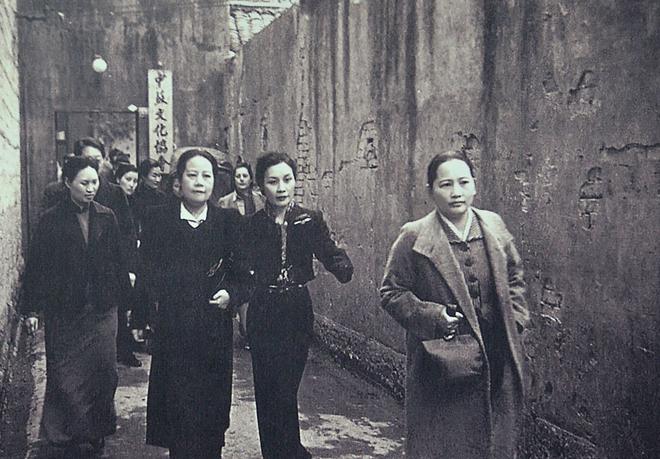 """1940年4月4日,宋氏三姐妹前往参观""""中苏儿童照片展览和儿童科学玩具展览"""""""