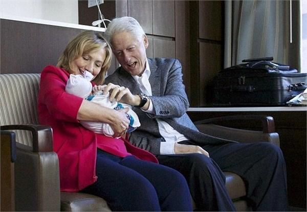 克林顿夫妇对外孙女夏洛特爱不释手