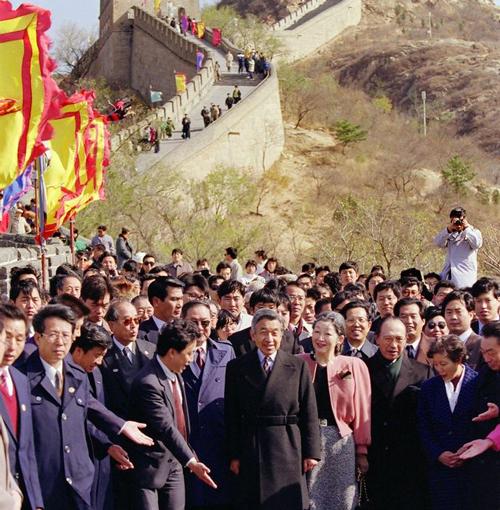 1992年10月24日,日本明仁天皇和皇后美智子参观了长城,明仁天皇是第一位访问中国的天皇,资料图片