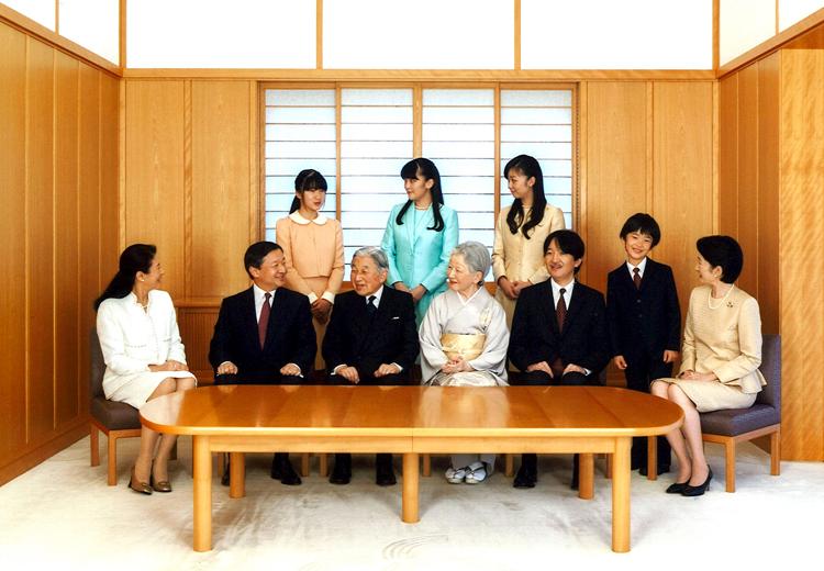 """2016年1月1日,日本宫内厅发布的天皇新年""""全家福"""",上面一排从左到右依次是:爱子公主、真子公主和佳子公主,下面一排依次是皇太子妃雅子、皇太子德仁、明仁天皇、皇后美纪子、秋筱宫亲王、小皇子悠仁和纪子妃。资料图"""