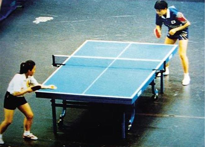 """何智丽(右上)在与邓亚萍的决赛中口称""""哟西""""激怒了非常多的中国人"""