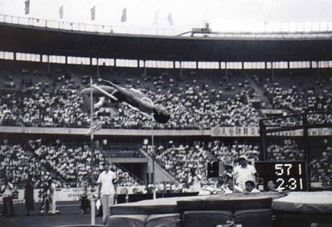 洛杉矶奥运会上,朱建华以2.31米的成绩获得男子跳高铜牌