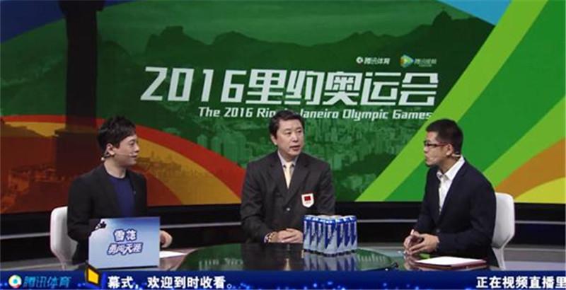 腾讯网直播里约奥运开幕,中国首位奥运旗手王立彬(左二)、著名篮球评论员杨毅(右一)做客演播室