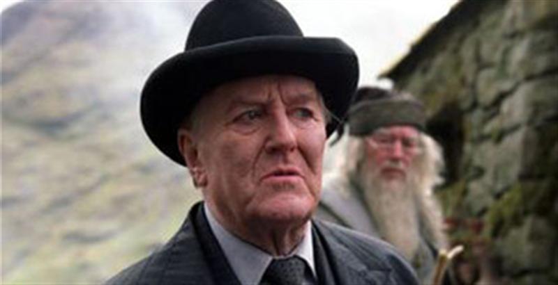 康奈利・福吉(Cornelius Fudge)1990年至1996年期间担任英国魔法部部长。在他任期的最后一年,拒绝相信伏地魔回来这个事实,并利用自己的职权阻止消息扩散。