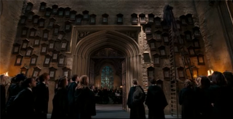 """乌姆里奇在霍格沃茨担任黑魔法防御术期间,兼任魔法部高级调查官,通过了一系列所谓的""""教育令""""巩固自己的权力"""