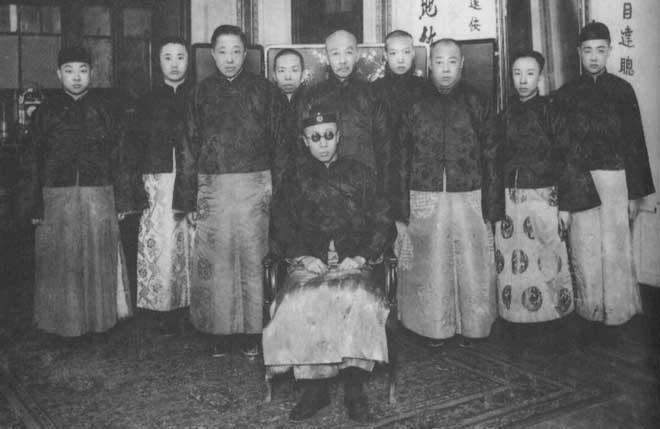 溥仪(前坐)、溥杰(右二)、载涛(左三)与来访宾客合影