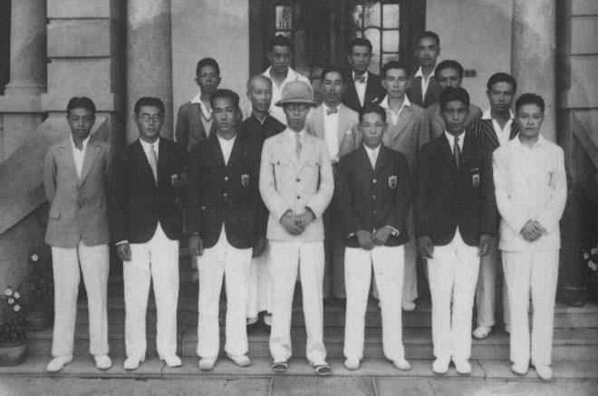 溥仪(前排中)、郑孝胥(中排左二)等与网球爱好者在天津静园合影