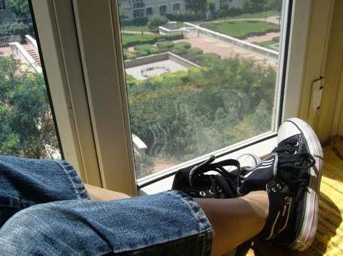 王珞丹在微博上曾发布过两张从家里往外拍的照片,罗霄宇称:这两张图片所传递的信息已足以推理出她家的位置