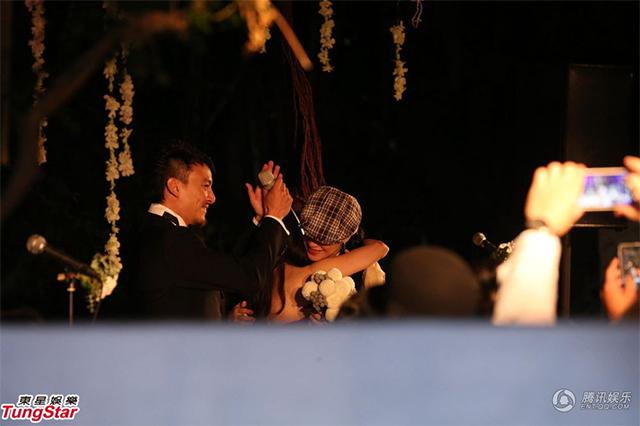 张震婚礼上,接到新娘捧花的舒淇与新娘庄雯如拥抱