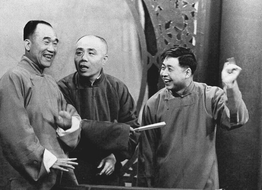 资料图:著名相声演员侯宝林(左)、刘宝瑞(中)、马季在表演相声。 东方IC供图