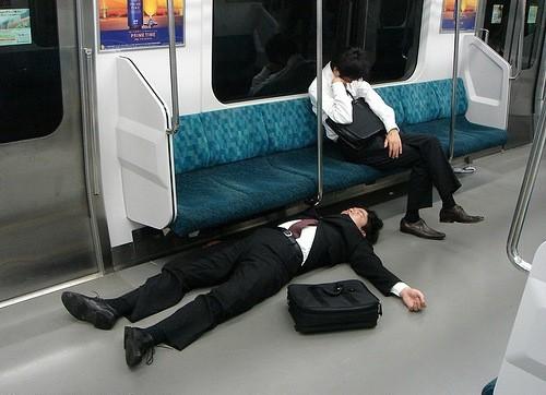在日本的末班地铁上,随便躺下睡觉的职员并不少见