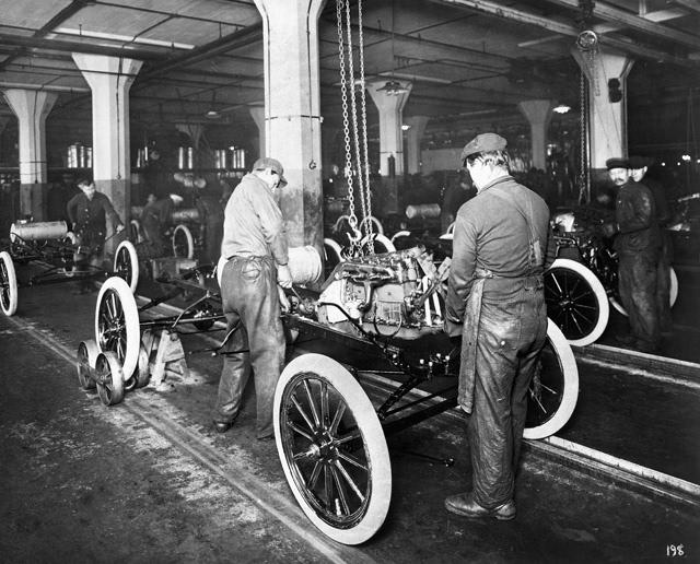 福特公司实行8小时工作制,提高工人工资,使用流水线生产汽车,让普通人第一次可以拥有汽车