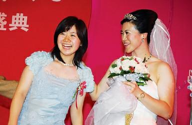 新闻资料图:王楠婚礼上,福原爱担任伴娘。