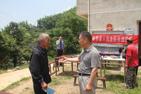 当年在广州异地执行的湖南法官(图右)