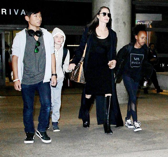 当地时间2016年3月2日,美国洛杉矶,安吉丽娜·朱莉一身黑衣与儿女们现身机场。