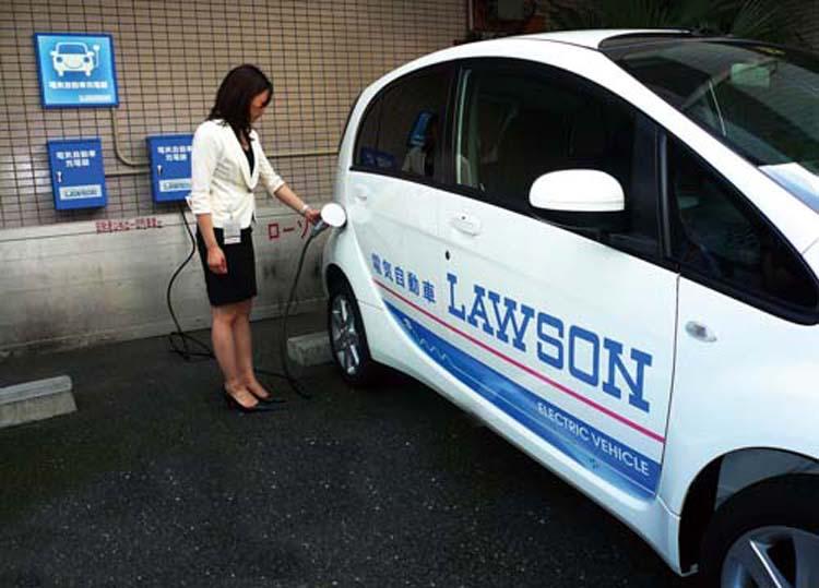 日本便利店lawson不仅自己用电动车做公务车,更是打算为顾客提供快速充电服务作为吸引人的特色