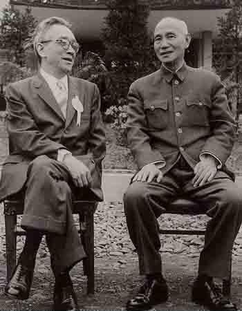 """蒋介石1958年4月10日于台北南港与新任""""中研院长""""胡适合影"""